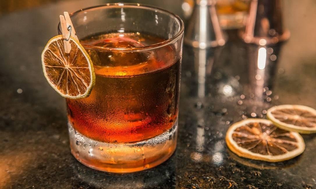 HØC Bar. cachaça, mix de vermute, Johnnie Walker Double Black e angostura, R$ 28. Rua Ronald de Carvalho 161, Copacabana. (3596-0333). Foto: Divulgação