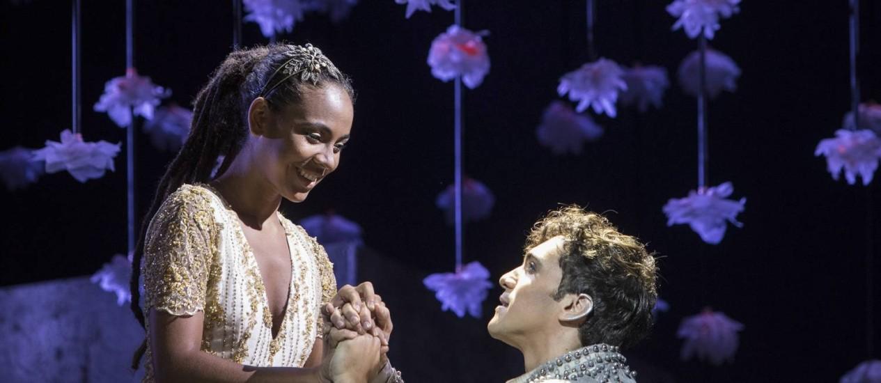 Bárbara Sut e Thiago Machado reproduzem a cena clássica de Romeu e Julieta no balcão Foto: Ana Branco / Agência O Globo