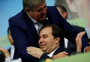 O ministro Carlos Marun cumprimente o presidente da Câmara, Rodrigo Maia, no lançamento de sua pré-candidatura à presidência Foto: Adriano Machado / Reuters