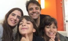 """Carol Trotta ao lado do marido, Leonardo, e das filhas gêmeas, Beatriz e Juliana. Os pais foram """"denunciados"""" no programa Foto: Arquivo pessoal"""