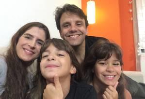 Carol Trotta ao lado do marido, Leonardo, e das filhas gêmeas, Beatriz e Juliana. Os pais foram