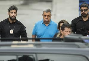 Jorge Picciani é escoltado por policiais federais ao deixar o IML Foto: Guito Moreto/Agência O Globo/21-11-2017