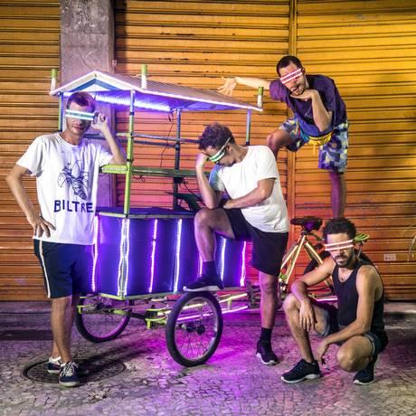 A banda carioca Biltre criou o bloco Minha Luz é de LED Foto: Ana Branco/Agência O Globo