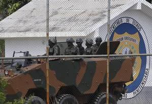 Blindado do exército chegando ao presídio em Japeri Foto: Pablo Jacob / Agência O Globo