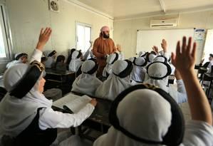 Professor dá aula para crianças yazidis em Duhok, no Iraque Foto: ARI JALAL / REUTERS