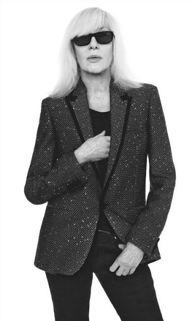Com a missão de atualizar a Saint Laurent, mas sem deixar de lado o legado da casa, o estilista belga Anthony Vaccarello convidou Betty Catroux para estrelar a campanha de outono/inverno 2018, fotografada por David Sims. Betty foi musa de Yves Saint Laurent, inspiração para muitas das criações do mestre Divulgação
