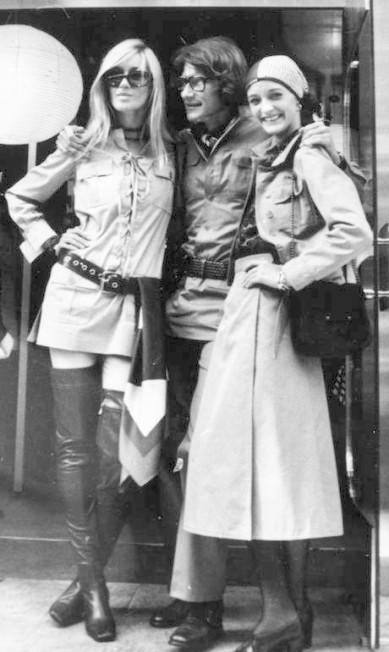 Anos 60: Yves Saint Laurent com suas musas Betty Catroux (à esquerda) e Loulou de la Falaise. O estilista praticamente criou o conceito de gangue, exército, muito usado hoje em dia na moda Wesley / Getty Images