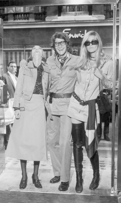 Em setembro de 1969: Yves Saint Laurent inaugurou sua loja Rive Gauche, na Bond Street, em Londres, ao lado de suas musas Loulou de la Falaise (à esquerda) and Betty Catroux Evening Standard / Getty Images
