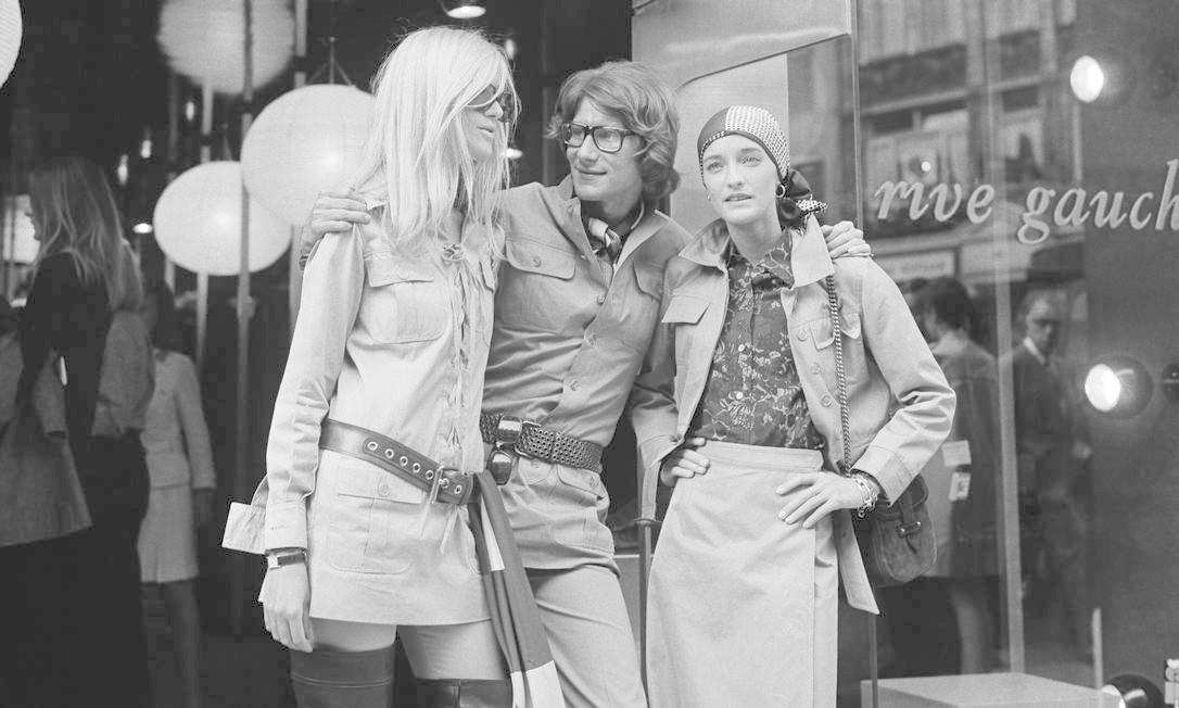 O trio: Yves Saint Laurent, Betty Catroux (à esquerda) e Loulou de la Falaise John Minihan / Getty Images