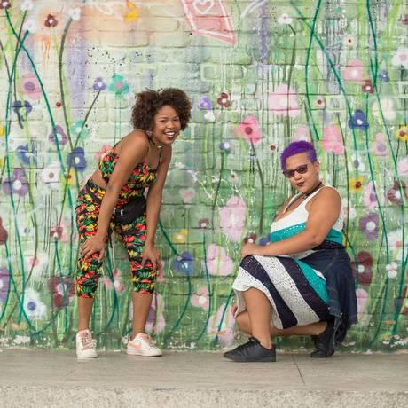 Thally (à esquerda) e Thay Aleixo desenvolvem ações na favela do Jacarezinho Foto: Agência O Globo / Brenno Carvalho