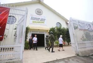 Os militares em frente à igreja assaltada na Vila Kennedy, nesta sexta-feira Foto: Fábio Gonçalves / Agência O Globo