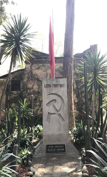 O monumento, no jardim da casa, em que foram depositadas as cinzas de Trotsky e, mais tarde, as de sua mulher, Natalia Sedova, que morreu 22 anos depois dele Foto: Léa Cristina / Léa Cristina
