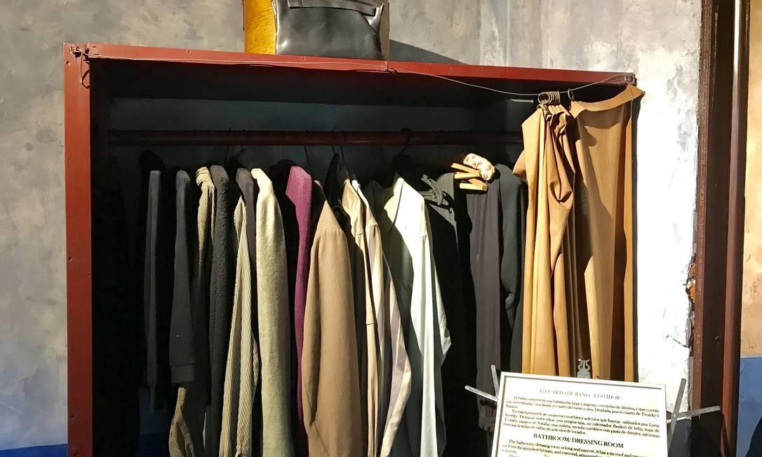 O armário do quarto do casal ainda guarda algumas peças de roupas Foto: Léa Cristina / Léa Cristina