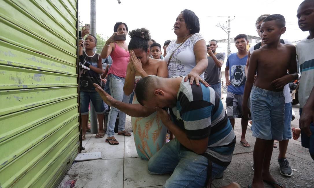 Casal reza em frente a quiosque na Vila Kennedy antes dele ser destruído pelo prefeitura Foto: Marcio Alves / Agência O Globo