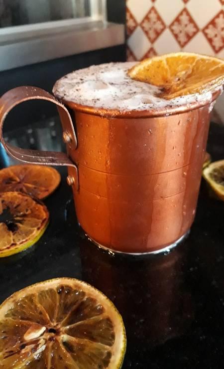 Boteco Colarinho. O moscow mule é ontap e levemente carbonatado: vodca, gengibre, limão e espuma de gengibre (R$ 25,90). R. Nelson Mandela 100/loja127, Botafogo (2286-5889) Foto: Divulgação