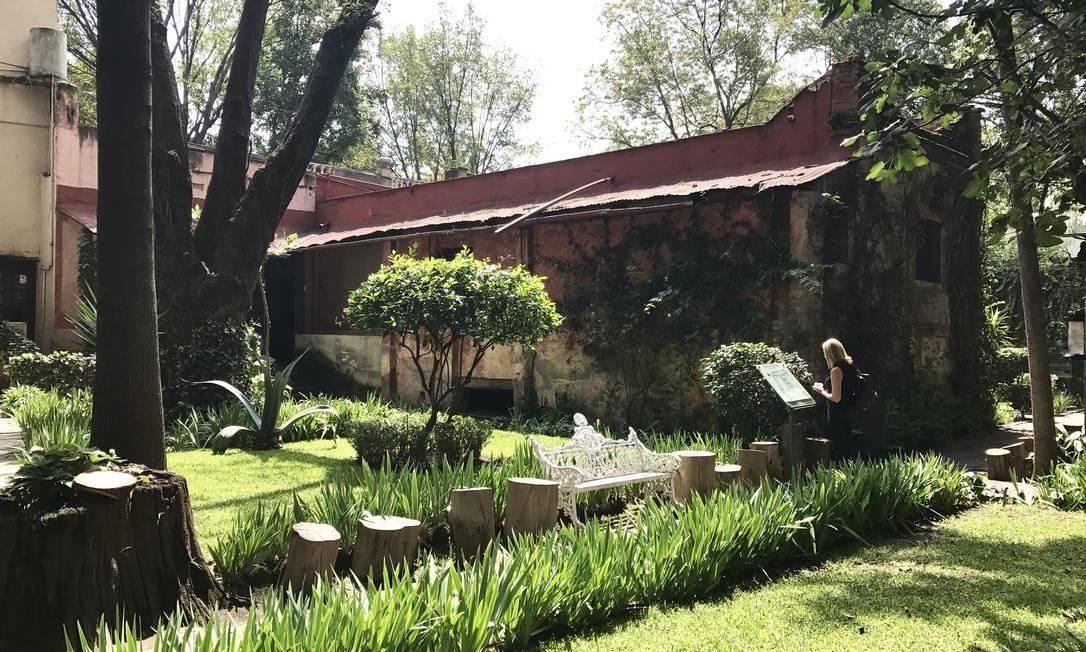O jardim que fica entre as duas edificações do pequeno museu e onde Trotsky costumava cuidar de suas plantas Foto: Léa Cristina / Léa Cristina