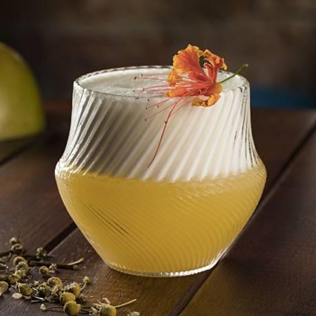 Pisco Delícia, do Garoa: pisco, cachaça de jequitibá infusionada em flor de camomila, sour mix de maracujá, limão e flores comestíveis para finalizar Foto: Rodrigo Azevedo