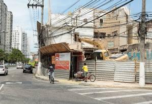 No chão. O prédio, que começou a ser derrubado pela prefeitura em desrespeito a liminar, tem demolição liberada Foto: Brenno Carvalho / Agência O Globo