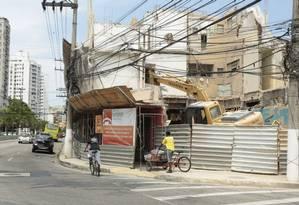 No chão. O prédio, que começou a ser derrubado pela prefeitura em desrespeito a liminar, tem demolição liberada Foto: Brenno Carvalho / Brenno Carvalho