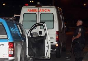 Homem é executado dentro da ambulância que estava chegando no Hospital Albert Schweitzer Foto: Paulo Nicolella / Agência O Globo