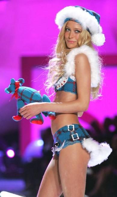 Em 2005, Raquel desfilou para a Victoria's Secret e fez o maior sucesso, tanto que retornou no ano seguinte Peter Kramer / Getty Images
