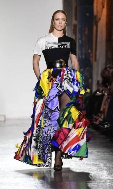 Pouco presente nas passarelas nacionais nos últimos anos, a gaúcha Raquel Zimmermann, 34, é ícone da moda, favorita de Donatella Versace e até de Cauã Reymond. Nome forte da indústria, a loura já trabalhou para as grifes Prada, Gucci, Louis Vuitton, Marc Jacobs, Dolce & Gabbana e quem mais você imaginar. Aqui, Raquel fechando o desfile de inverno 2018/2019 da Versace, em Milão MIGUEL MEDINA / AFP