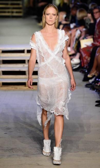 Em Nova York, Raquel desfilou a coleção de verão 2016 da Givenchy Frazer Harrison / Getty Images