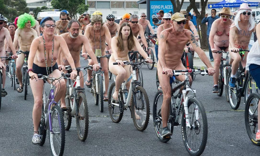 Homens e mulheres participaram da manifestação RODGER BOSCH / AFP