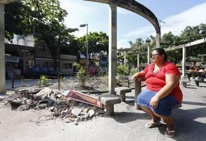 A comerciante Neide Castor desolada em frente ao local onde ficava sua barraca na Vila Kennedy Foto: Pablo Jacob / Agência O Globo