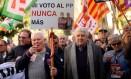 """Em baixa. Aposentados protestam em Madri pedindo o aumento da pensão: """"Voto no PP nunca mais"""", diz o cartaz. Em desvantagem, governo de Rajoy não consegue aprovar Orçamento Foto: JOSEP LAGO / Josep Lago/AFP/6-3-2018"""