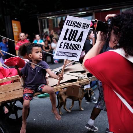 Crianças levam cartaz com slogan petista durante protesto em São Paulo, em fevereiro Foto: NACHO DOCE / REUTERS
