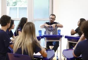 """Roda de debate. O professor Luiz Rafael Silva, do Mopi Itanhangá, que defende o diálogo com alunos: """"Escola é um lugar de falar sobre a vida, e não apenas de acúmulo de conteúdos"""" Foto: Ana Branco / Agência O Globo"""