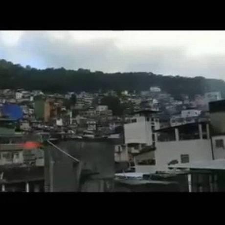 Vídeos registram tiroteio na Rocinha Foto: Onde Tem Tiroteio / Reprodução