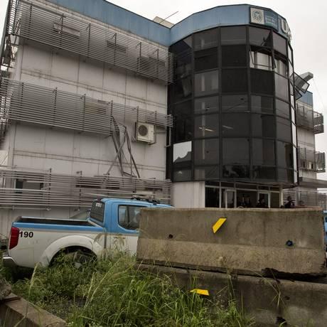 Na UPP Fazendinha, unidade tem blocos de concreto como forma de proteção contra tiros Foto: ANTONIO SCORZA / Agência O Globo