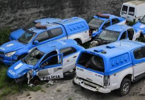 Fora de combate. Carros da Polícia Militar sucateados num depósito do 15º BPM (Duque de Caxias): investimentos caíram 92% em 2017 Foto: Uanderson Fernandes/3-1-2017