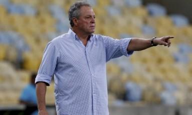 O técnico Abel Braga orienta o Fluminense contra o Nova Iguaçu Foto: Marcelo Theobald / Agência O Globo