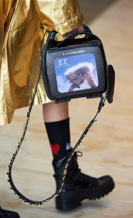O carismático E.T. ganhou close nessa bolsa da marca Foto: Zé Takahashi/ Fotosite