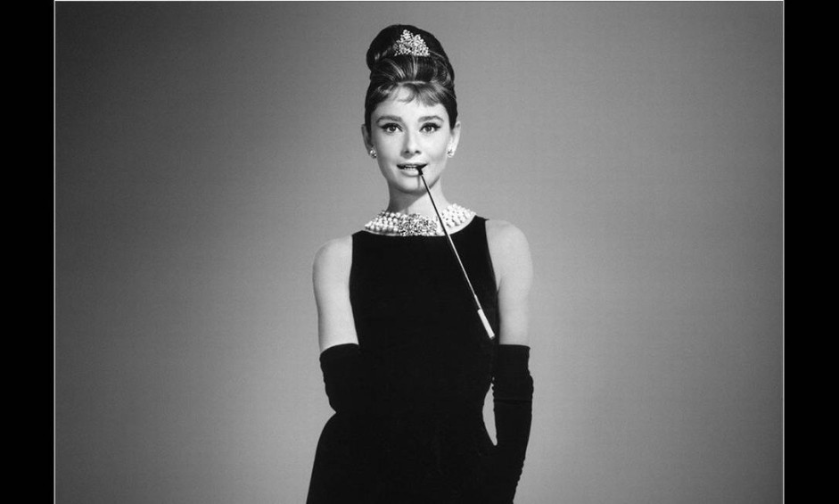 """Apontado pelo jornal francês """"Le Figaro"""" como um dos """"últimos grandes nomes dos anos de ouro da alta-costura"""", Hubert de Givenchy morreu no sábado, aos 91 anos. A elegância feminina pautou a sua obra. Foi ele quem criou o vestido preto que Audrey Hepburn usou na cena inaugural do filme """"Bonequinha de luxo"""". Ele também fez o figurino que a atriz usou em """"Cinderela em Paris"""" Foto: Reprodução"""