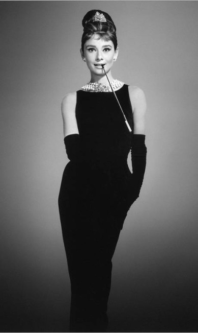 """Apontado pelo jornal francês """"Le Figaro"""" como um dos """"últimos grandes nomes dos anos de ouro da alta-costura"""", Hubert de Givenchy morreu no sábado, aos 91 anos. A elegância feminina pautou a sua obra. Foi ele quem criou o vestido preto que Audrey Hepburn usou na cena inaugural do filme """"Bonequinha de luxo"""". Ele também fez o figurino que a atriz usou em """"Cinderela em Paris"""" Reprodução"""