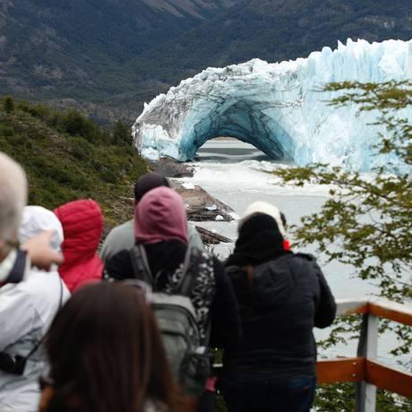 Visitantes observam a ponte de gelo em Perito Moreno no domingo Foto: WALTER DIAZ / AFP