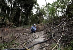 Um trabalhador mostra uma tubalação que foi fechada pela Norks Hydro, em Barcarena, Pará 05/03/2018 Foto: Ricardo Moraes / REUTERS