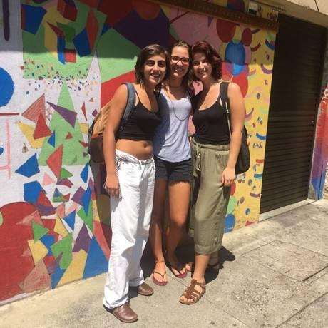 Ludimila Horta, Sofia Schulz e Marina Bredarid fazem parte do coletivo feminista Vicentino, do Colégio São Vicente de Paulo, do Cosme Velho Foto: Natália Boere