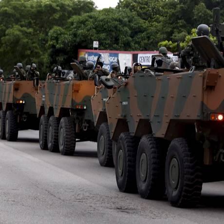 Tropa do Exército na Vila Kennedy Foto: Marcelo Theobald / Agência O Globo