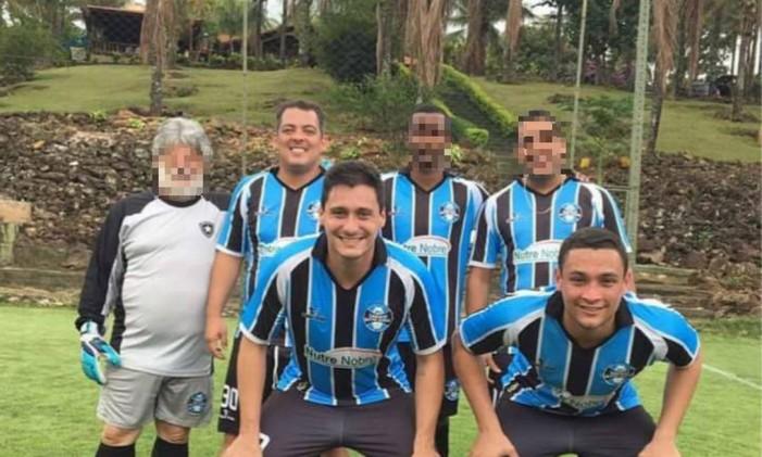 Leonardo Arantes (atrás, ao lado do goleiro) levou para o ministério os amigos Leonardo Soares e Lucas Honorato (à frente) Foto: Divulgação