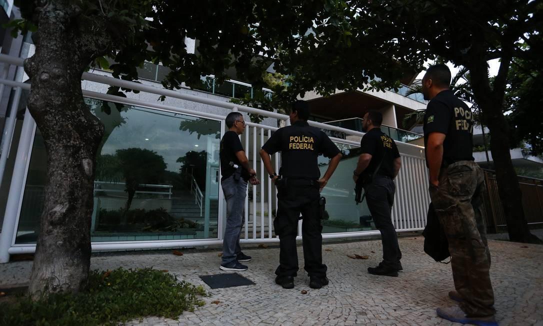 """Agentes da Polícia Federal chegam para cumprir mandados da """"Operação Pão Nosso"""" na Barra da Tijuca. Ela investiga esquemas fraudulentos em contratos de alimentação em presídios. Ao longo dos seis anos de sua existência, esses contratos chegaram aos R$ 72 milhões. Pablo Jacob / Pablo Jacob"""