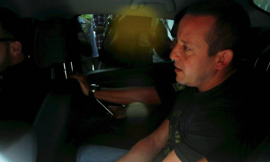 """O delegado da Polícia Civil Marcelo Luiz Martins é conduzido pela Polícia Federal. Ele é acusado de fazer parte do esquema da """"Máfia das Quentinhas"""" Pablo Jacob / Agência O Globo"""