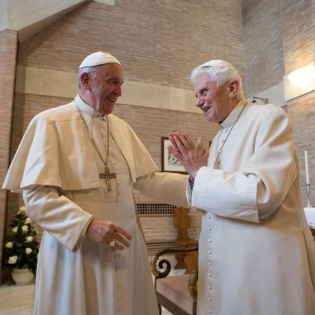 Papa Emérito Bento XVI e Papa Francisco se cumprimentam em 2016, no Vaticano Foto: OSSERVATORE ROMANO / AFP