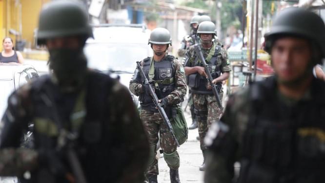 Militares das Forças Armadas fazem o patrulhamento na comunidade da Vila Kennedy, na Zona Oeste do Rio Foto: Marcio Alves / Agência O Globo