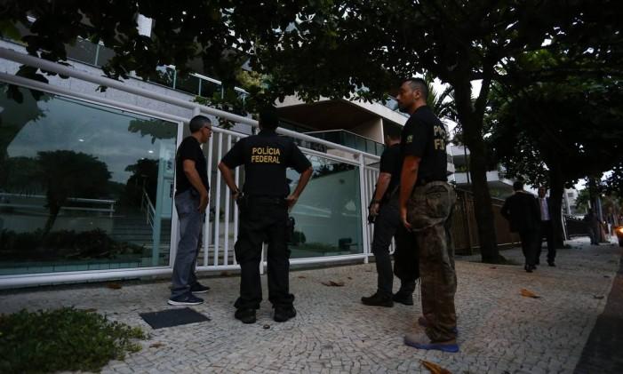 Policiais federais cumprem mandados durante a Operação Pão Nosso Foto: Pablo Jacob / Agência O Globo