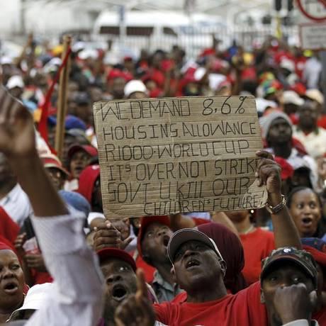 Manifestantes protestam por maior acesso a habitação na África do Sul Foto: Siphiwe Sibeko / Reuters